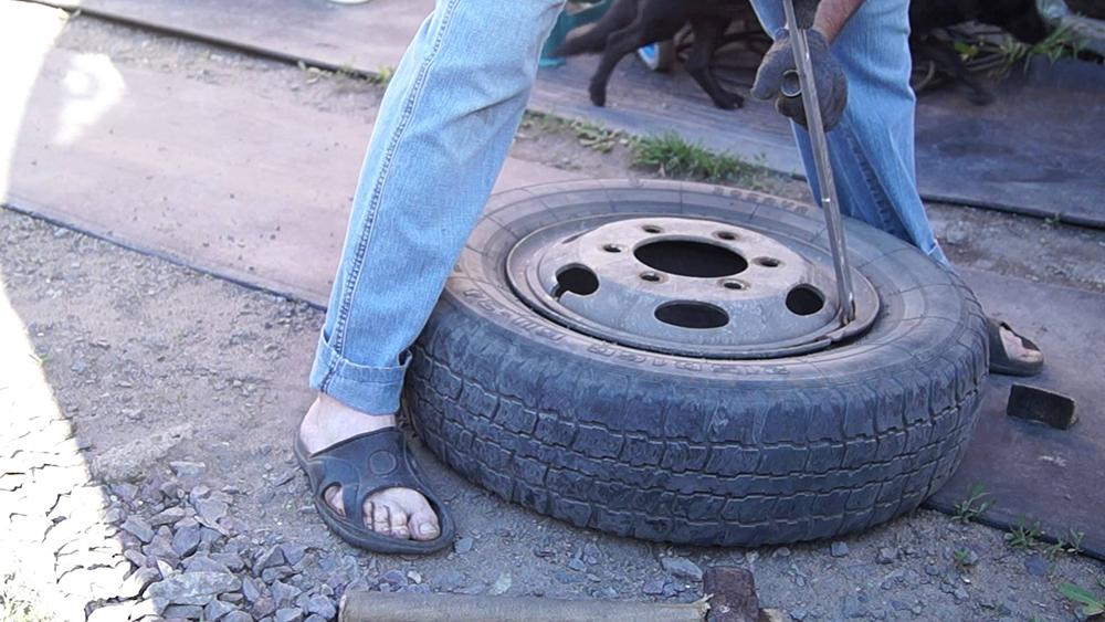 Как разбортировать бескамерное колесо? / инструкция.