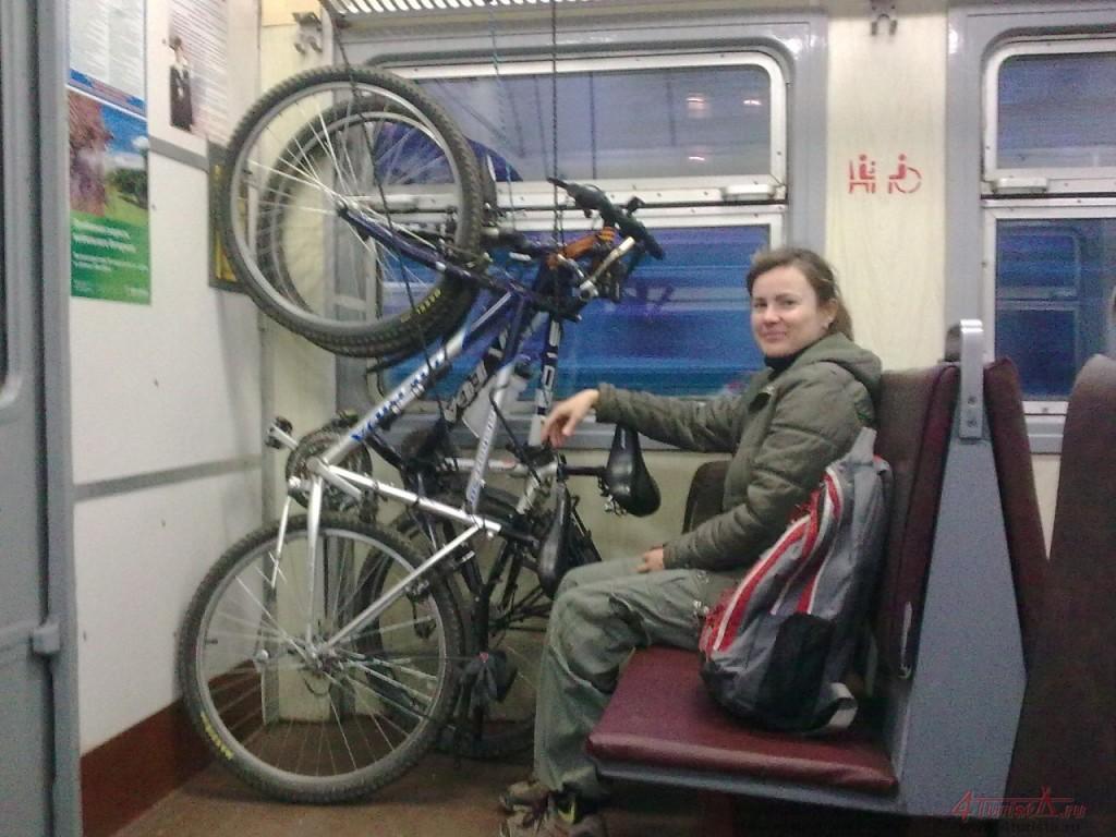 Как перевозить велосипед поездом и на машине, можно ли везти в самолете и в метро?