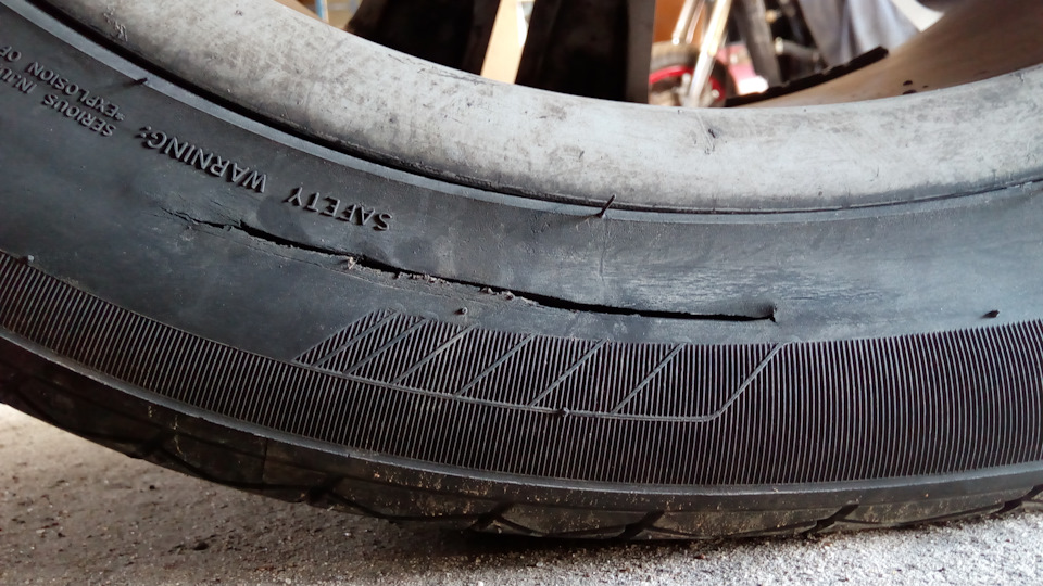 Из-за чего появляется грыжа на колесе, и как её убрать