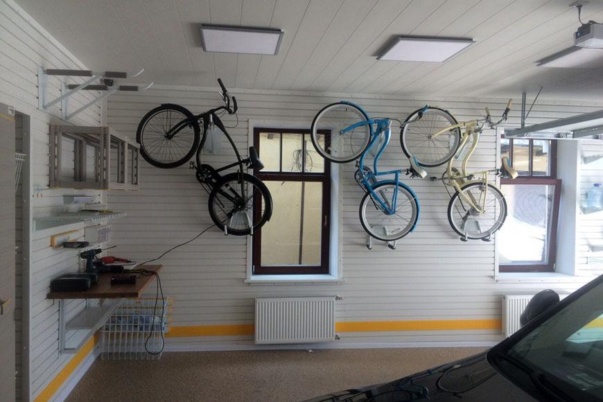 Как хранить велосипед в гараже: как подвесить на стене, под потолком, за колесо, фото