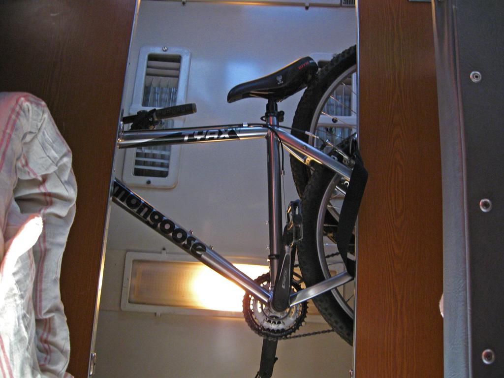 Правила провоза велосипеда в электричке, варианты его размещения