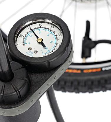 Рекомендуемое давление в шинах автомобиля - сколько качать?