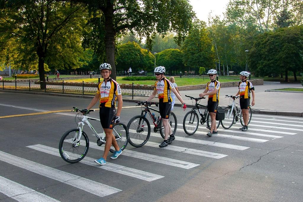 Кем является велосипедист и в какой ситуации, особенности пересечения пешеходного перехода владельцам байка, возможные последствия нарушения.