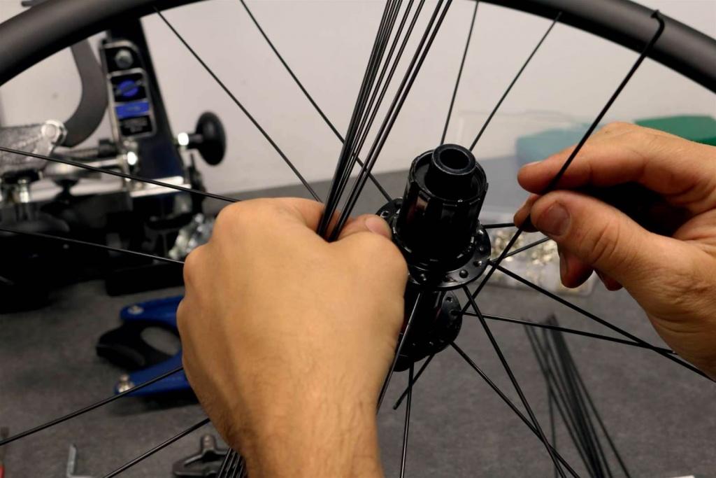 Спицевание велосипедного колеса: как переспицевать его самостоятельно?