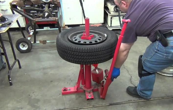 Как вручную легко и быстро разбортировать колесо: инструкция