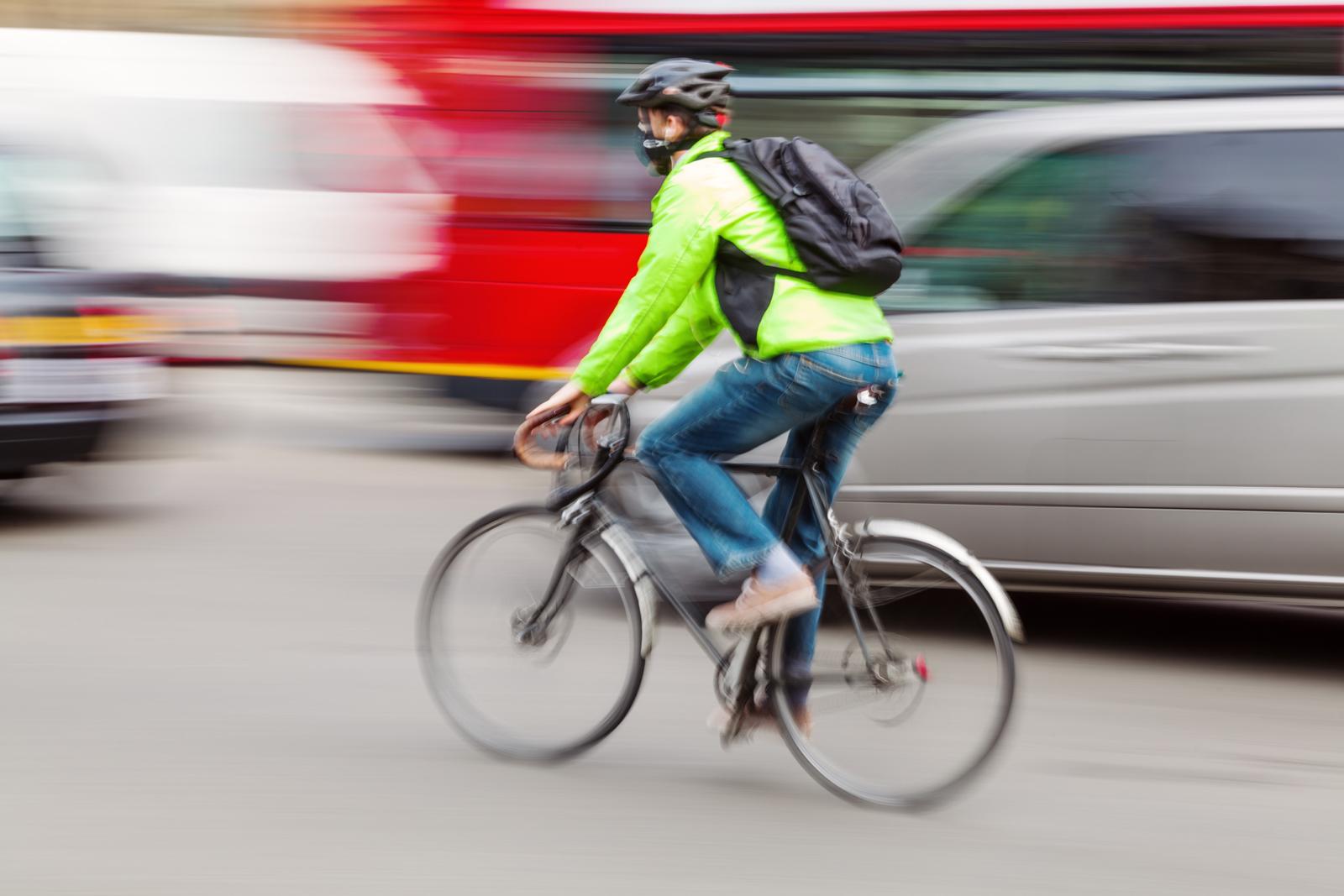 По какой стороне дороги должны двигаться велосипедисты