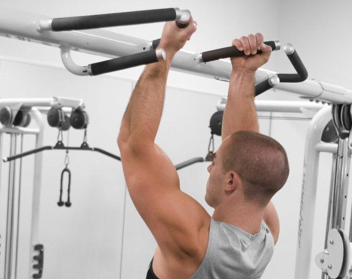 Какие мышцы работают при подтягивании на турнике (в разных видах техники)