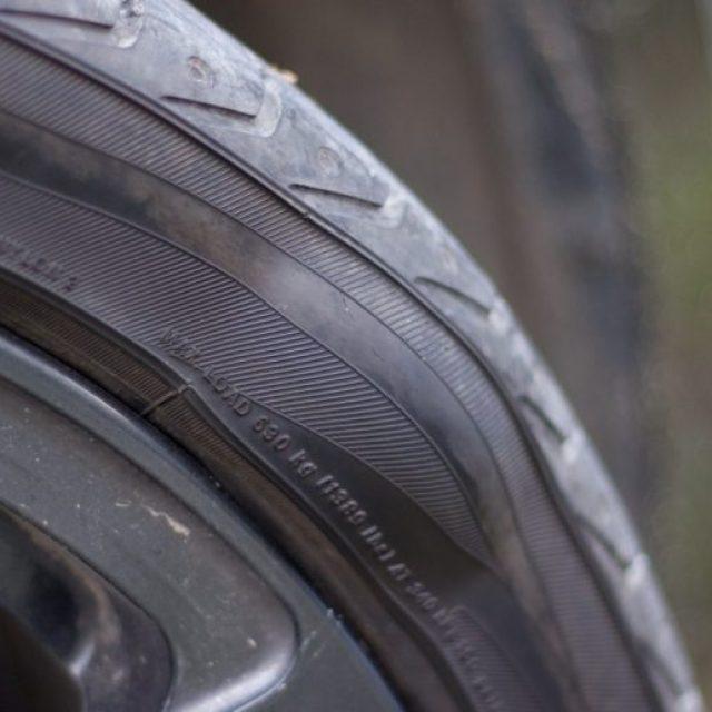 По каким причинам на шине возникает грыжа и есть ли смысл такое колесо ремонтировать