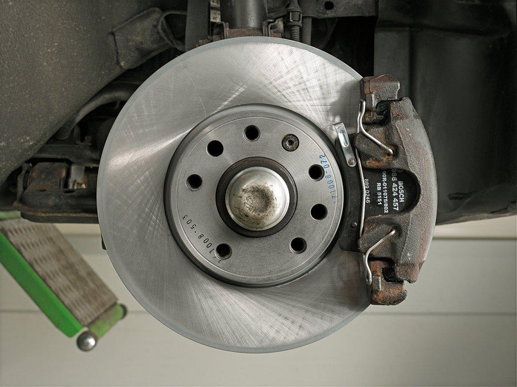 Почему скрипят колодки в машине при торможении? причины и что делать