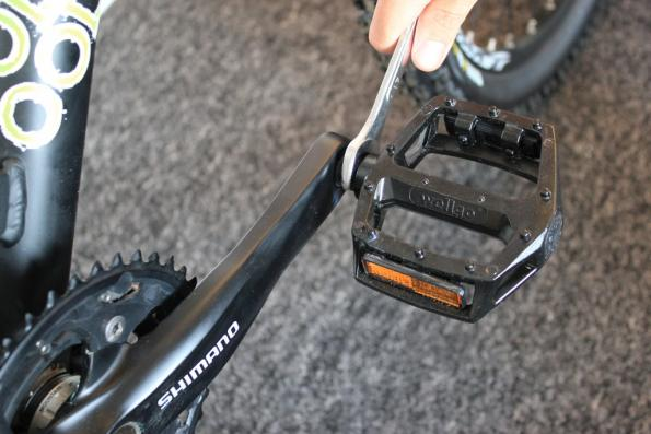 Как поменять педали на велосипеде