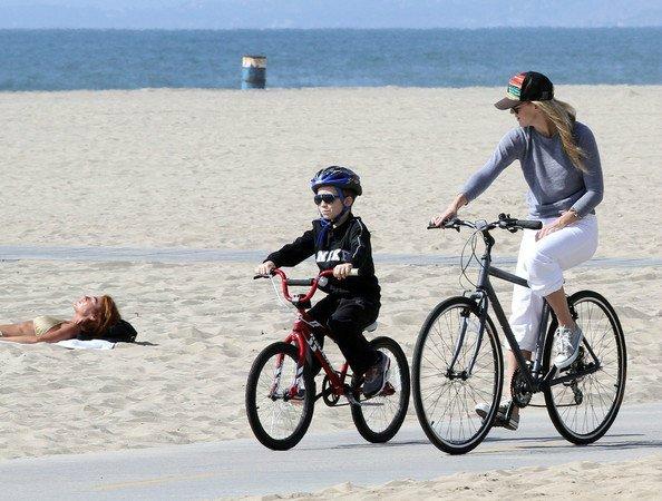 Обучаем ребенка кататься на велосипеде
