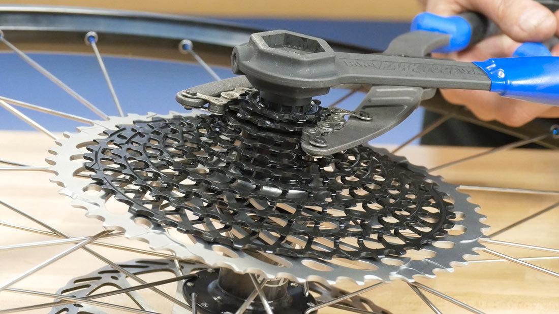 Снятие звездочки с заднего колеса велосипеда