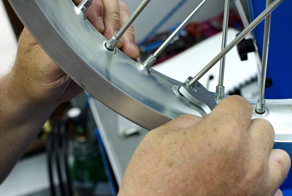 Для чего нужен спицевой ключ, материал, производитель, цены, как изготовить инструмент самостоятельно, как установить или подтянуть спицы.