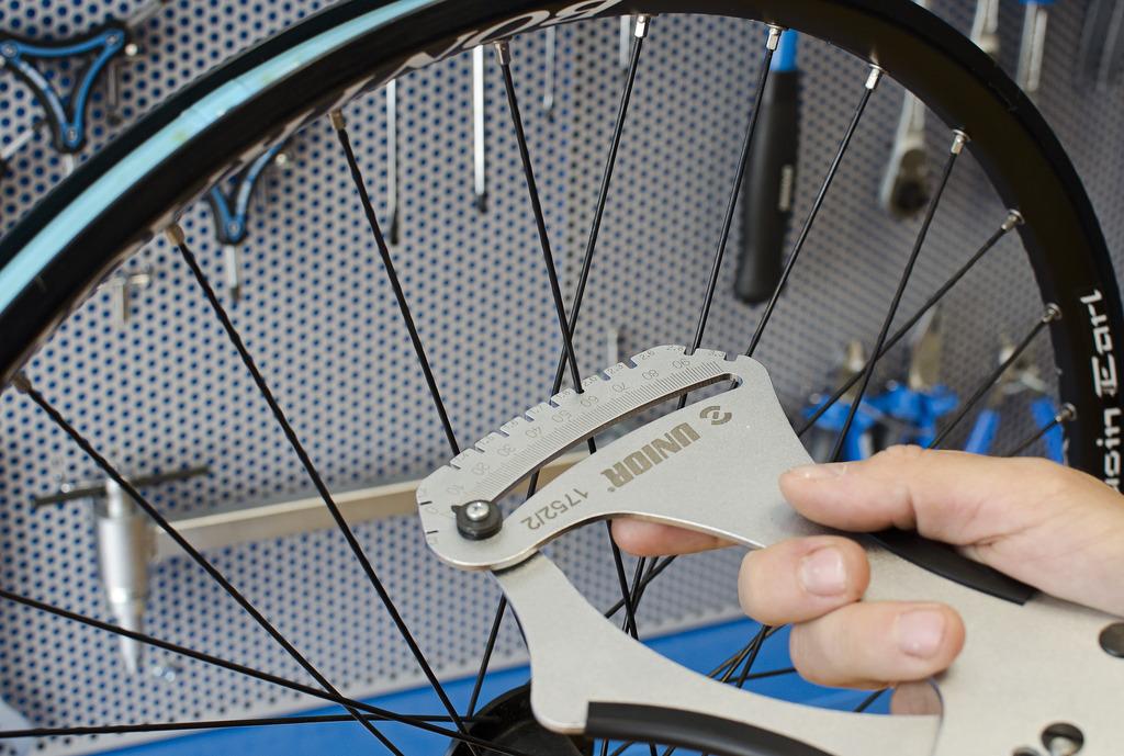 Как подтянуть спицы на велосипеде самому, спицовка, натягивание спиц в домашних условиях