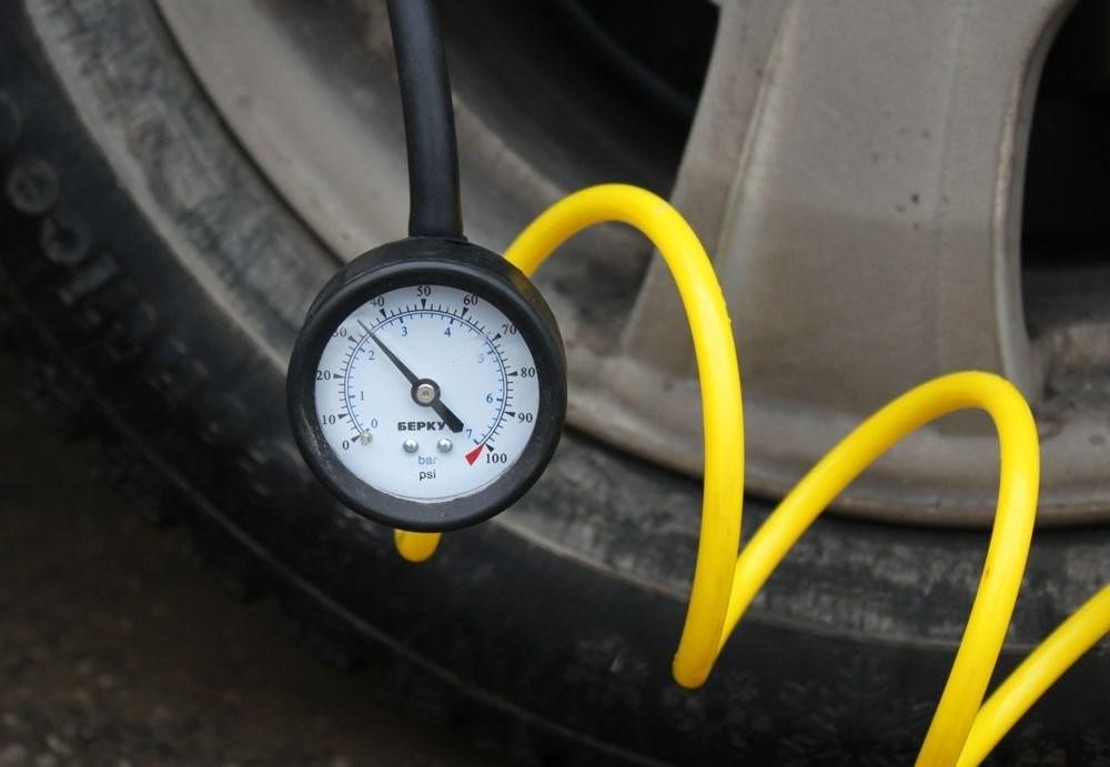 Какое давление должно быть в шинах r13 r14 r15 зимой и летом » надомкрат