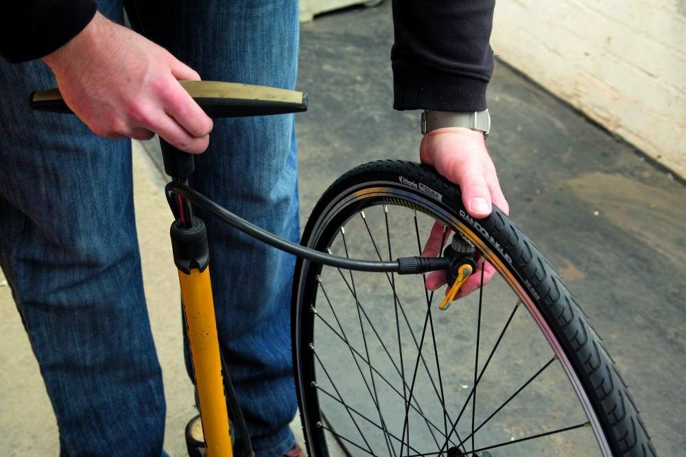 Заклеиваем камеру на велосипеде