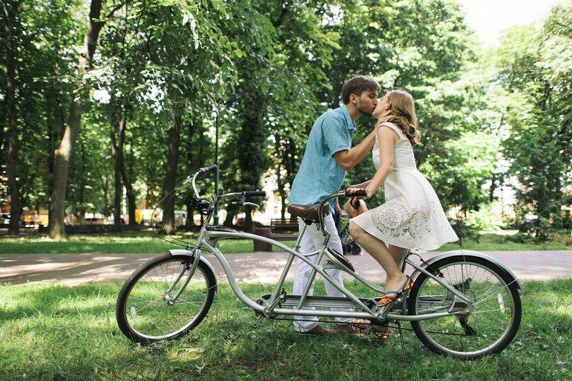 Велосипед-тандем (29 фото): как называется двухместный велосипед с двумя сиденьями? особенности трех- и четырехколесных велотандемов