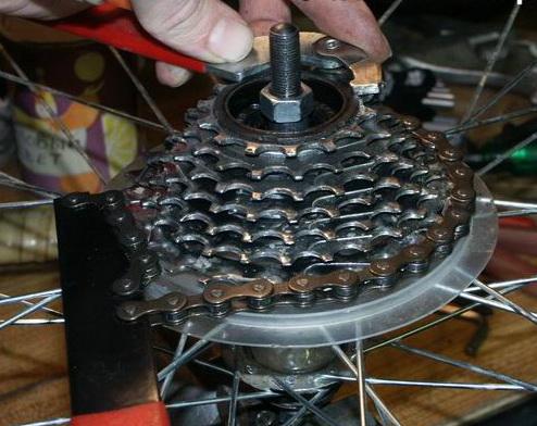 Как снять трещетку с колеса велосипеда правильно, не повредив механизм?