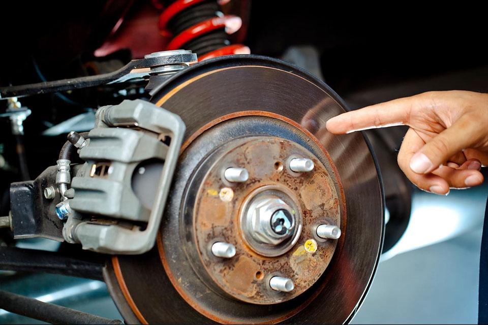 Почему скрипят колодки в машине при торможении  причины и что делать